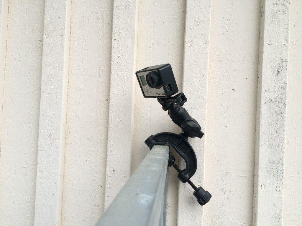 Koirien tarhakäyttäytymistä seurataan satunnaisesti videokameran avulla.